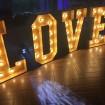 Slovo LOVE vytvorené z mini LED filament žiaroviek E27 G45